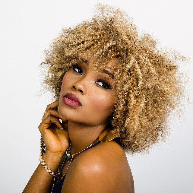 Mujer con pelo afro
